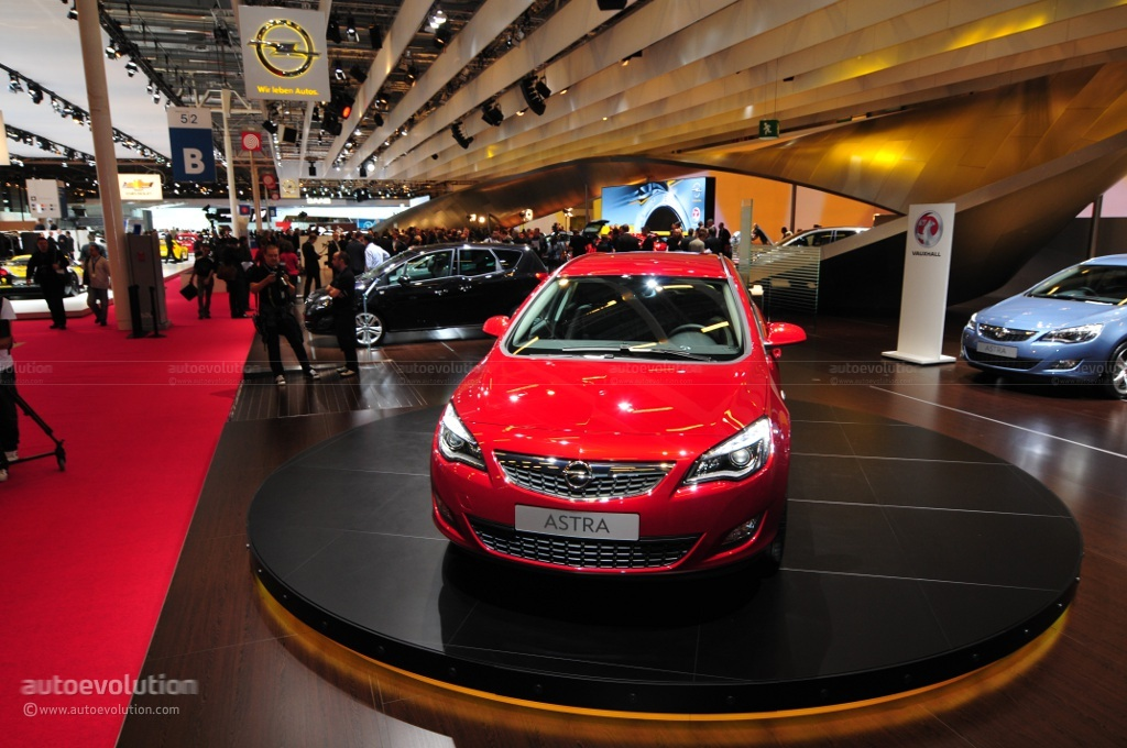 2010 paris auto show opel astra sports tourer live for Garage opel paris 12