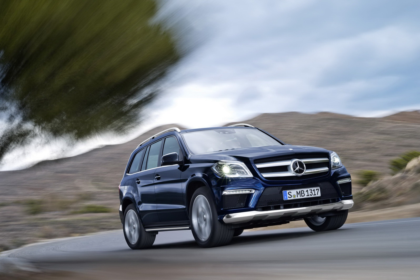 2013 mercedes benz gl class luxury suv unveiled for Mercedes benz luxury truck