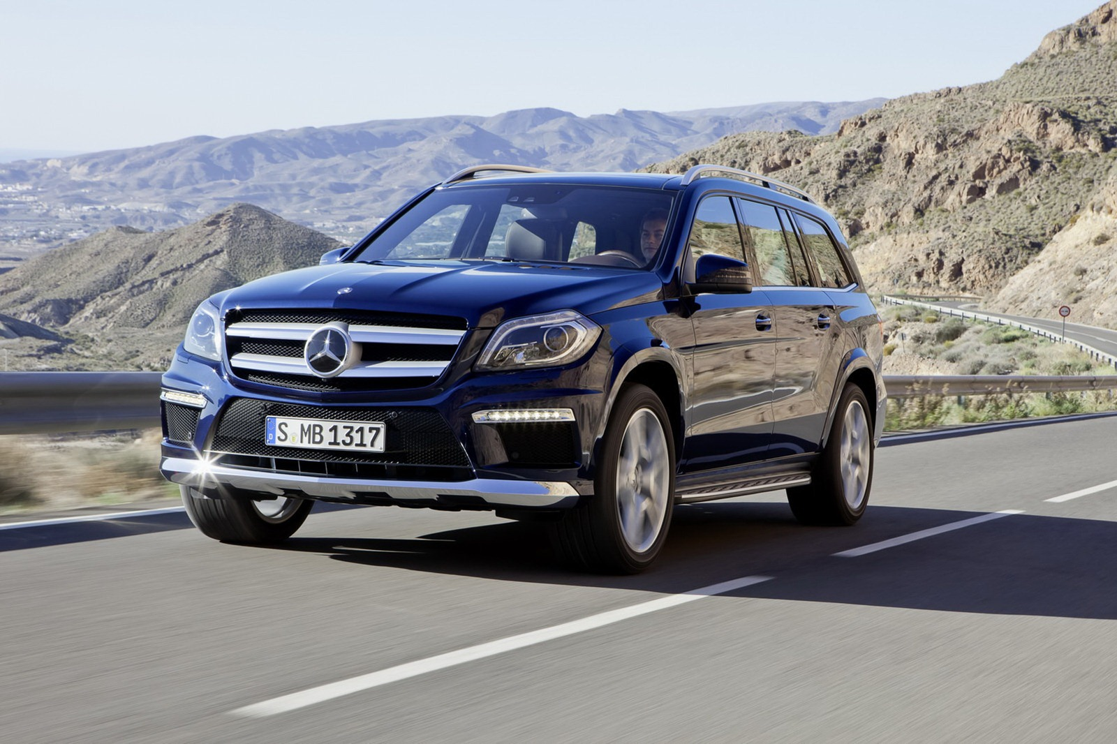 2013 mercedes benz gl class luxury suv unveiled for Gl class mercedes benz