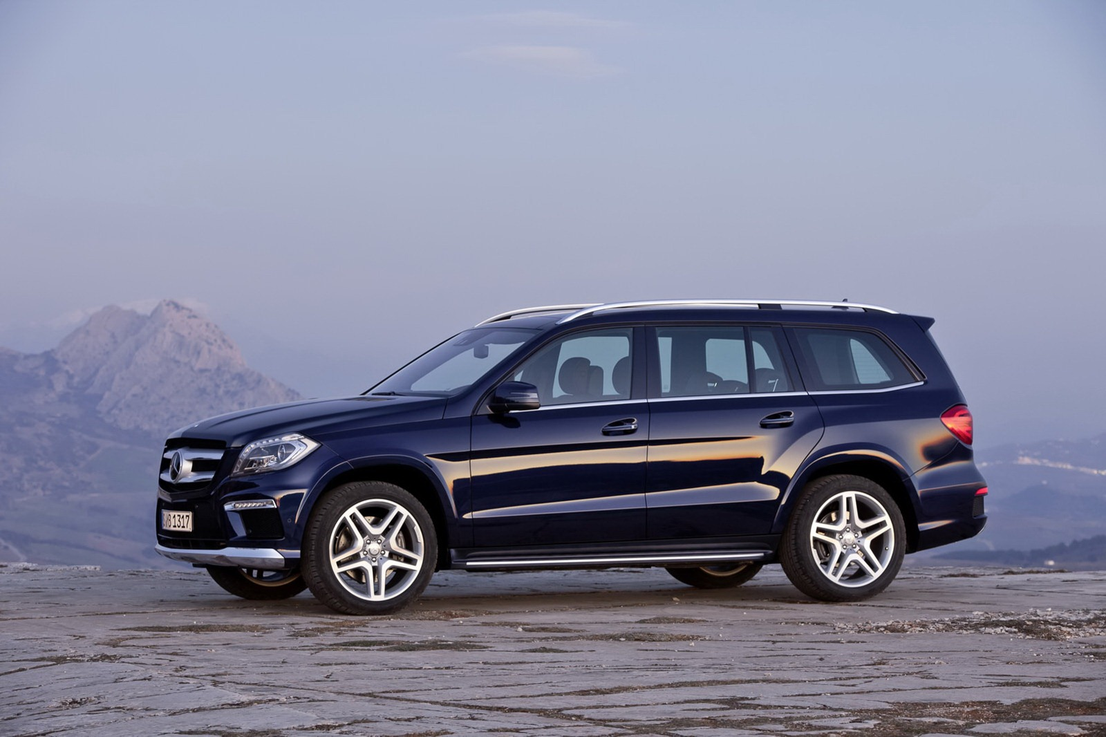 2013 mercedes benz gl class luxury suv unveiled for Expensive mercedes benz suv