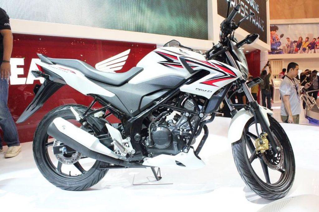 2015 Honda Shadow Phantom >> 2013 Honda CB150R Streetfire Ad Shows Swift, Agile City Bike - autoevolution