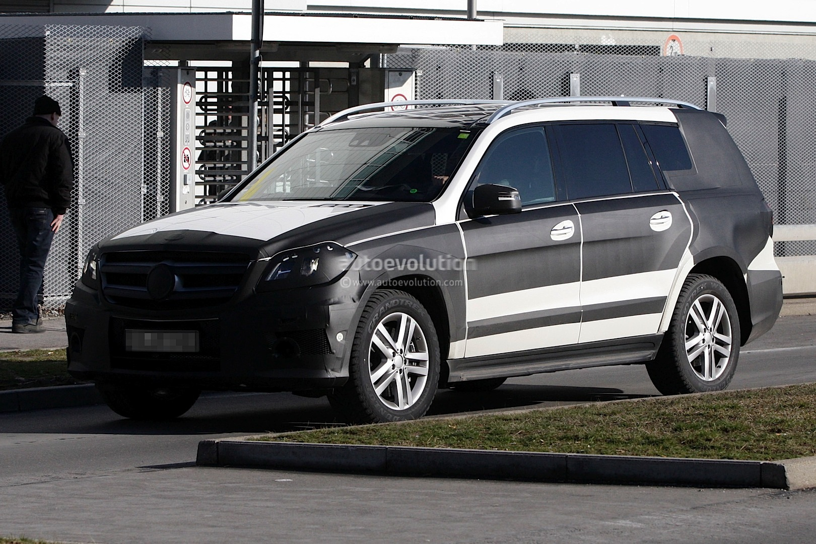 2013 mercedes benz gl class will debut in new york for 2013 mercedes benz gl class