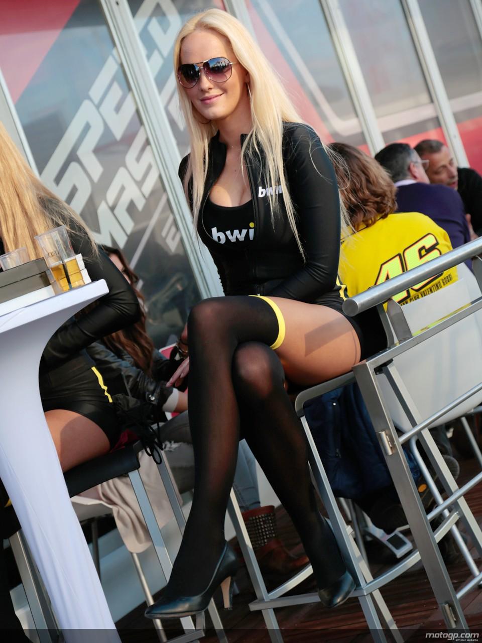 Sexy Frau auf dem Motorrad sehr