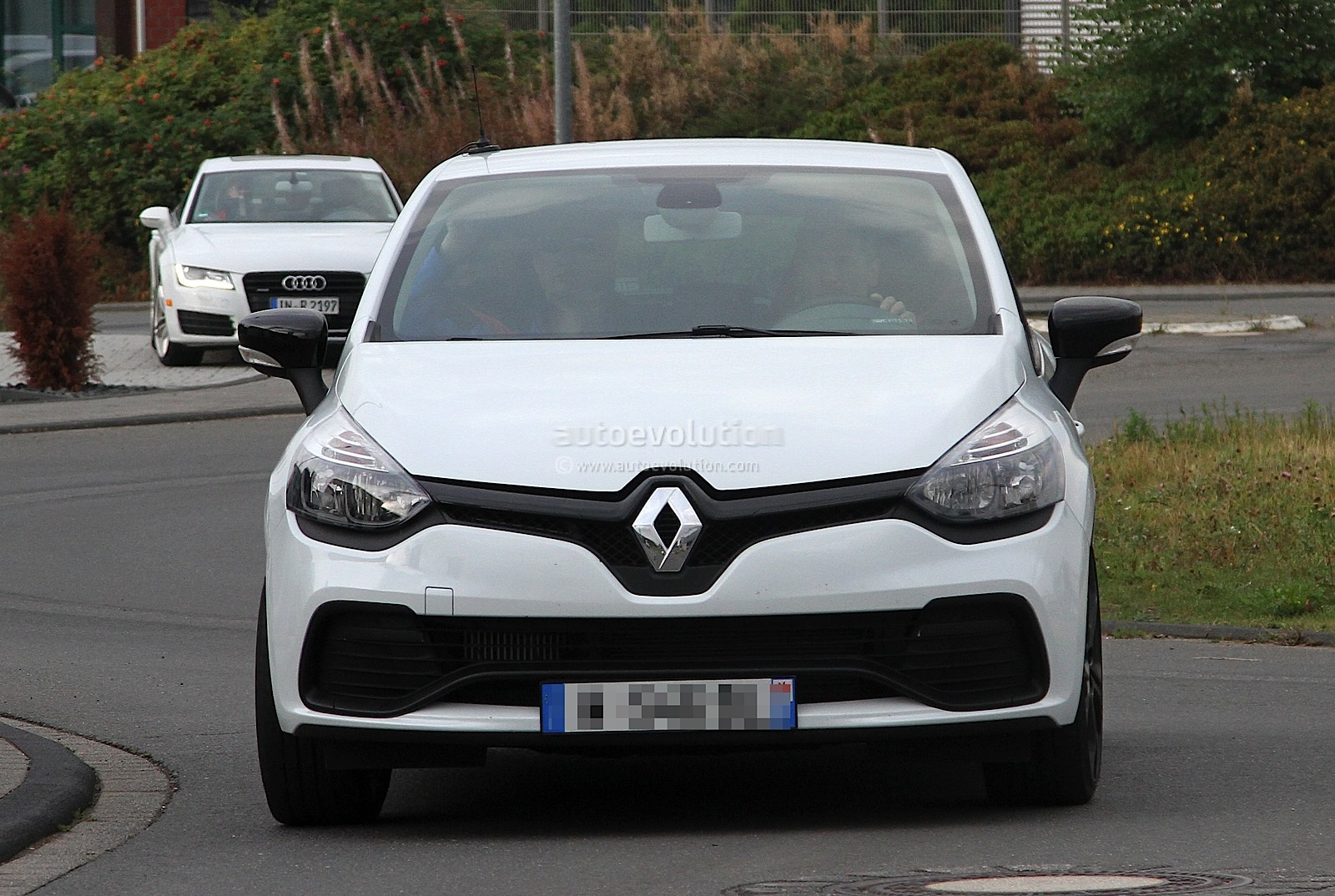 2013 renault clio iv rs 210 spotted undisguised in white. Black Bedroom Furniture Sets. Home Design Ideas