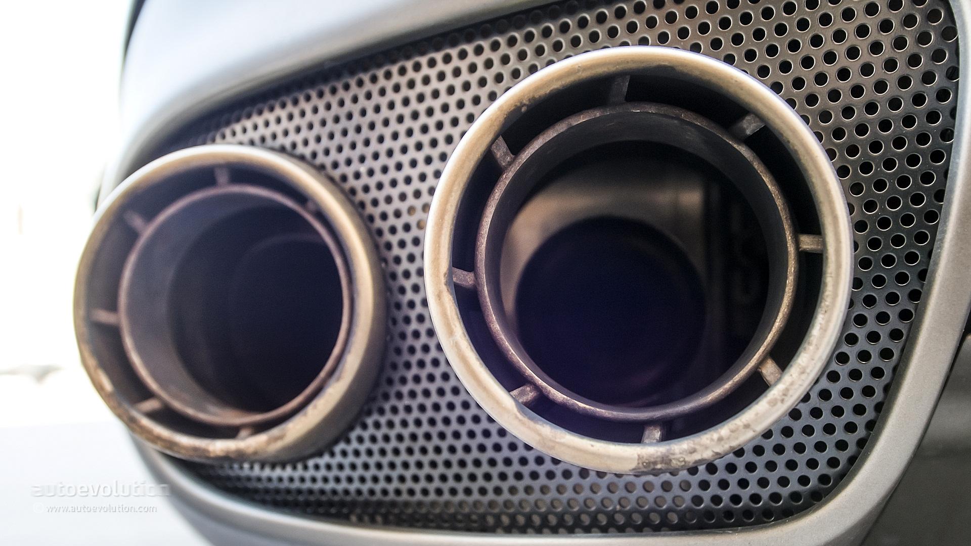 2014-ferrari-f12-berlinetta-exhaust-burns-literally_1.jpg?1381909595