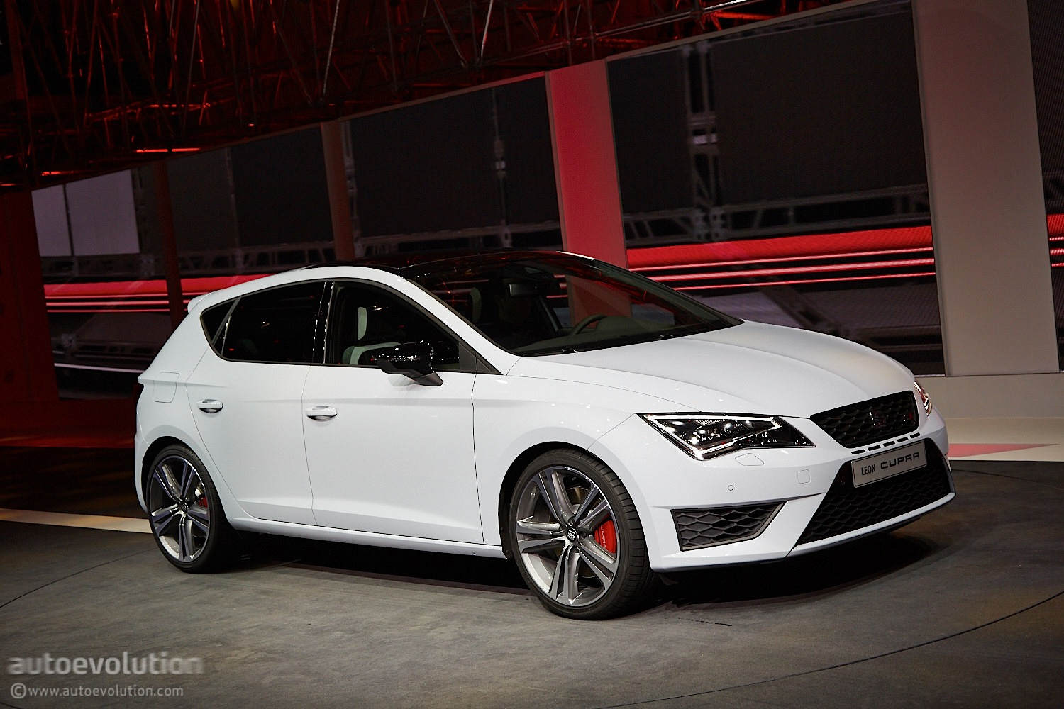 2014 SEAT Leon Cupra Is the Hottest of the Hot Hatches Live