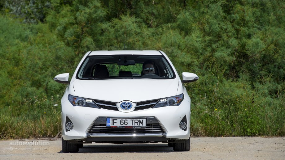 2014 toyota auris hybrid tested by autoevolution. Black Bedroom Furniture Sets. Home Design Ideas