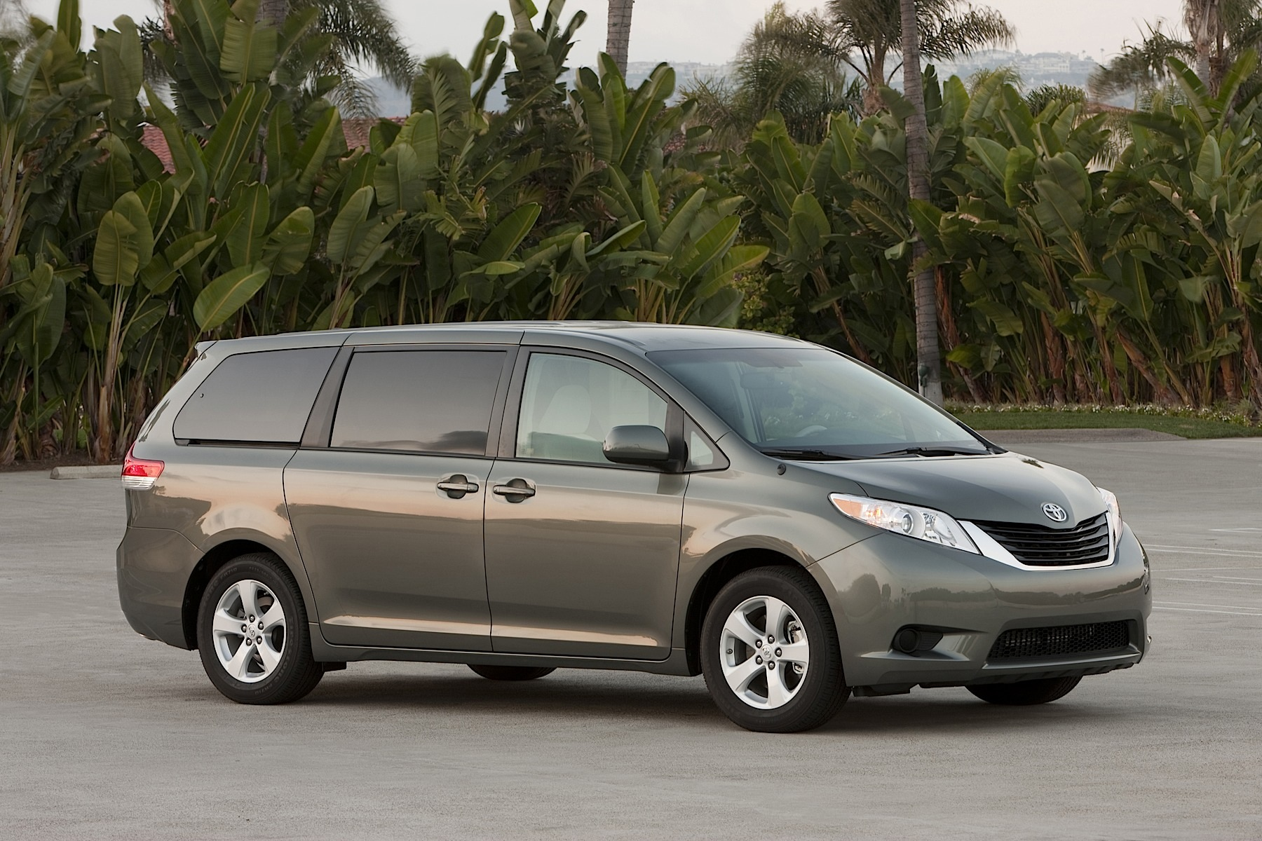 2014 toyota sienna remains the only awd family van autoevolution. Black Bedroom Furniture Sets. Home Design Ideas