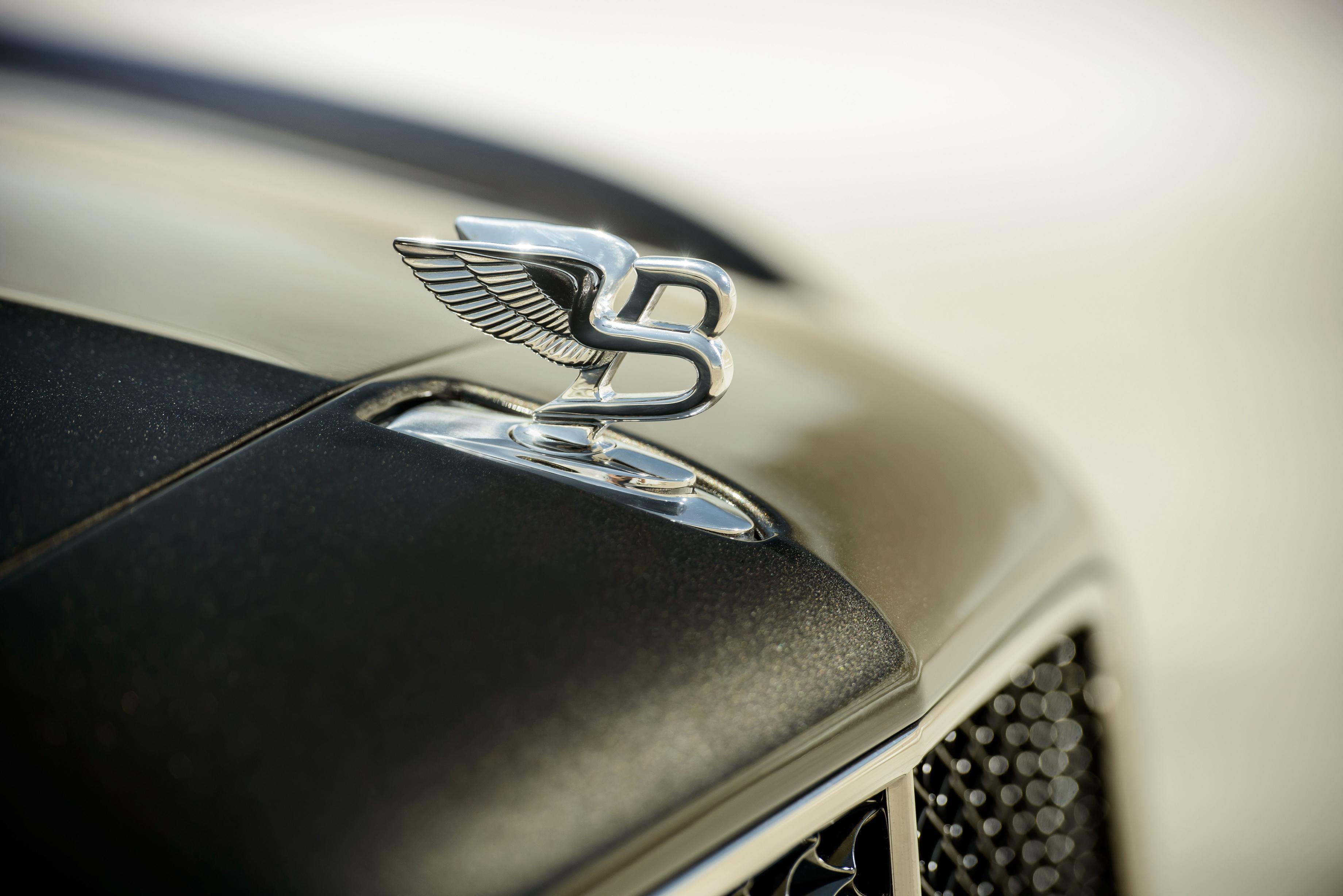 Значок на капоте Bentley Mulsanne Speed 2015 года