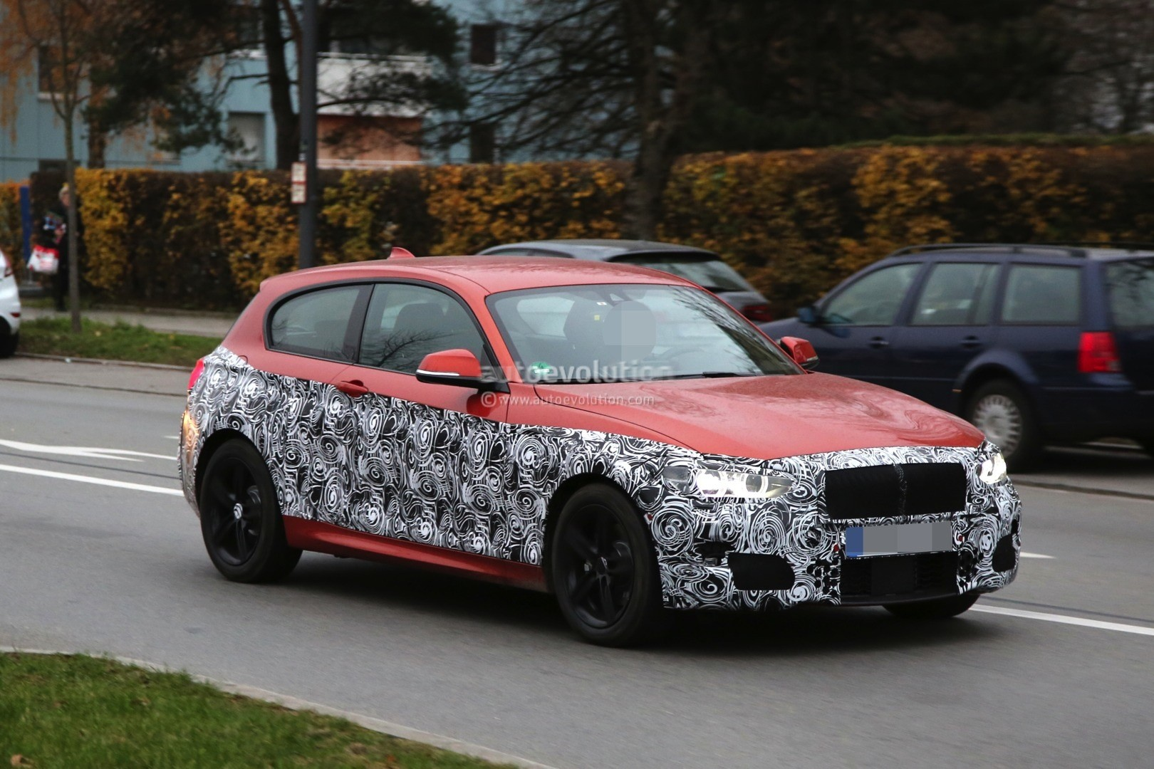 2015 - [BMW] Série 1 restylée [F20/21] - Page 12 2015-bmw-1-series-facelift-interior-spied-with-a-new-idrive-screen-photo-gallery_11