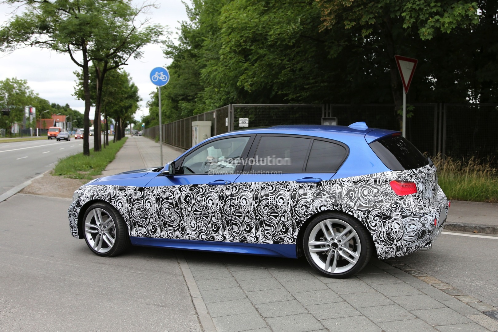 2015 bmw 1 series facelift spied with a new face autoevolution. Black Bedroom Furniture Sets. Home Design Ideas
