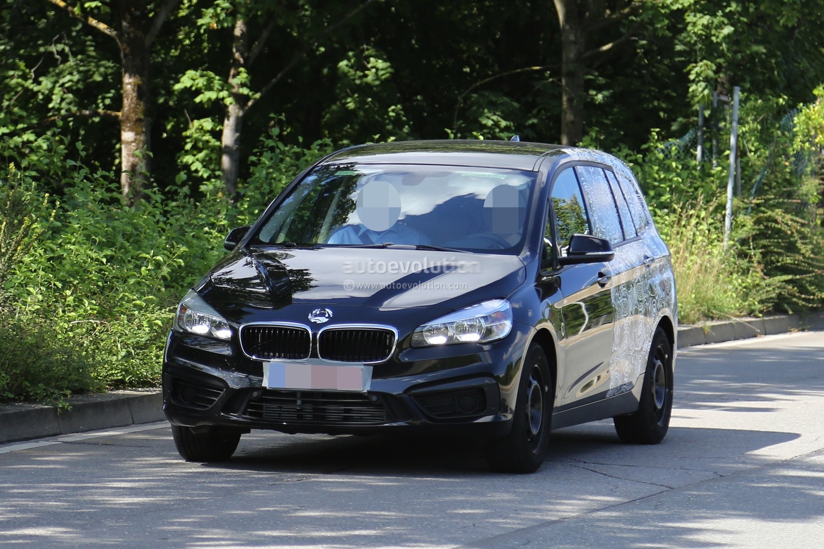 2015 bmw 2 series 7 seater spied half naked autoevolution. Black Bedroom Furniture Sets. Home Design Ideas