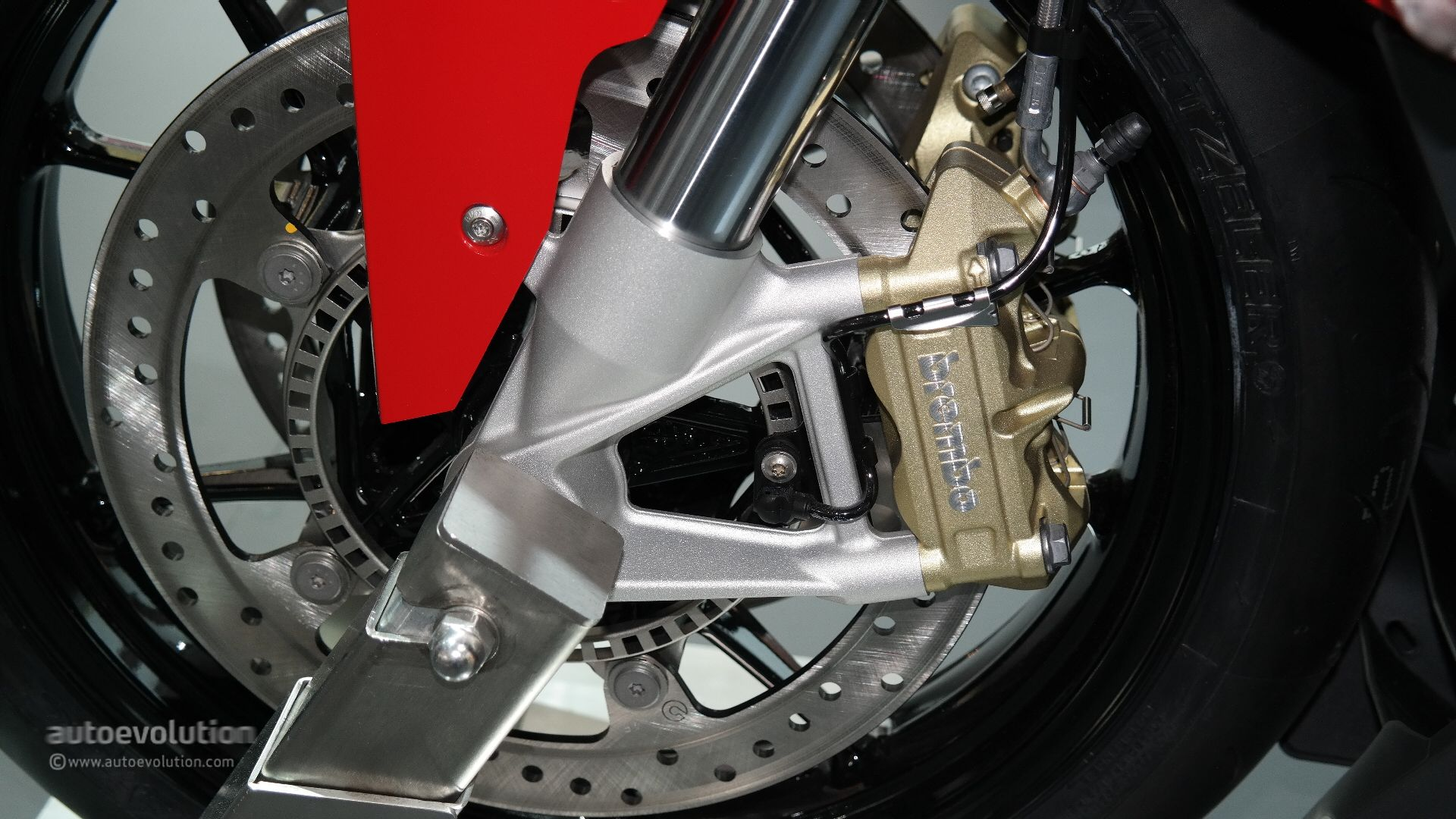 Ducati Panigale 1200cc >> 2015 BMW S1000RR Brings More Power and an Akrapovic Muffler at EICMA [Live Photos] - autoevolution