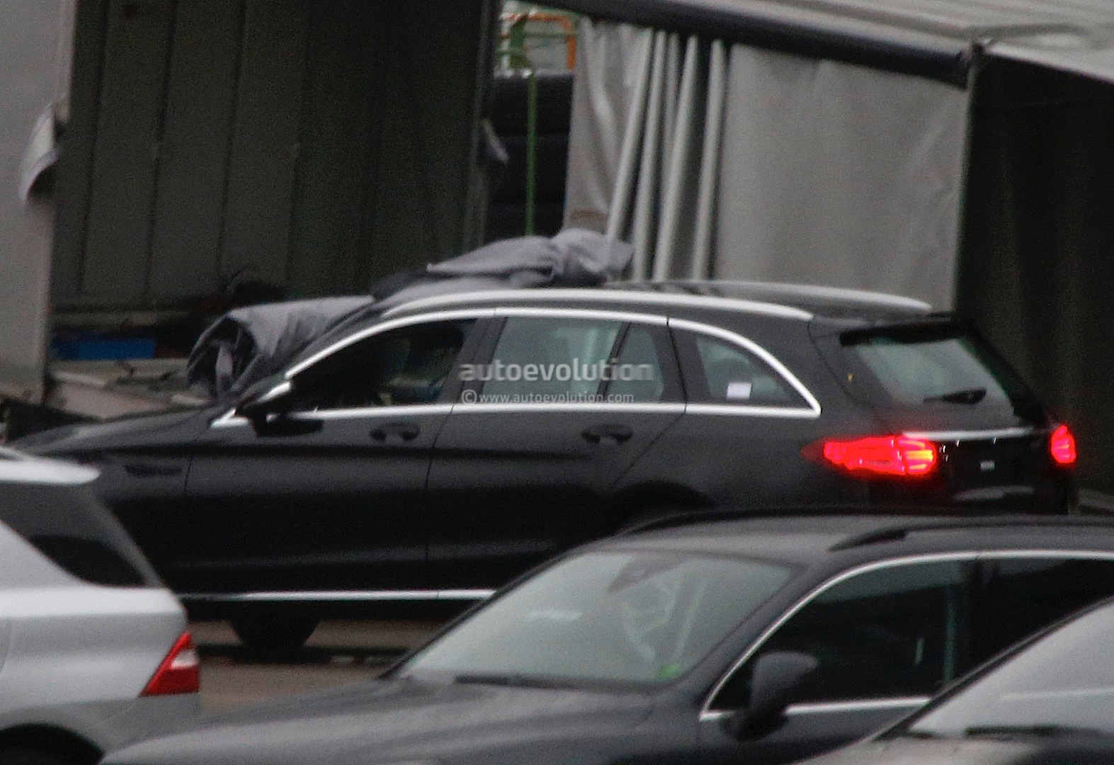 (S205): Vídeos, flagras e fotos  2015-c-class-wagon-s205-spied-completely-undisguised-photo-gallery_1