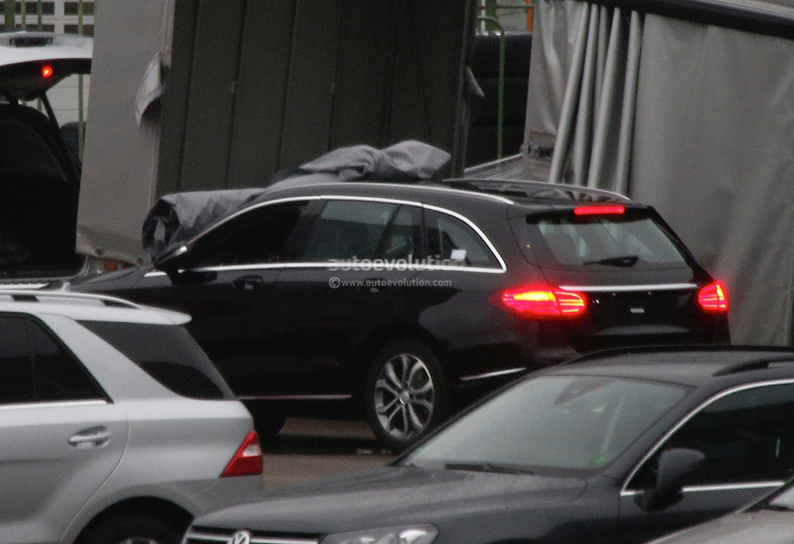 (S205): Vídeos, flagras e fotos  2015-c-class-wagon-s205-spied-completely-undisguised-photo-gallery_2