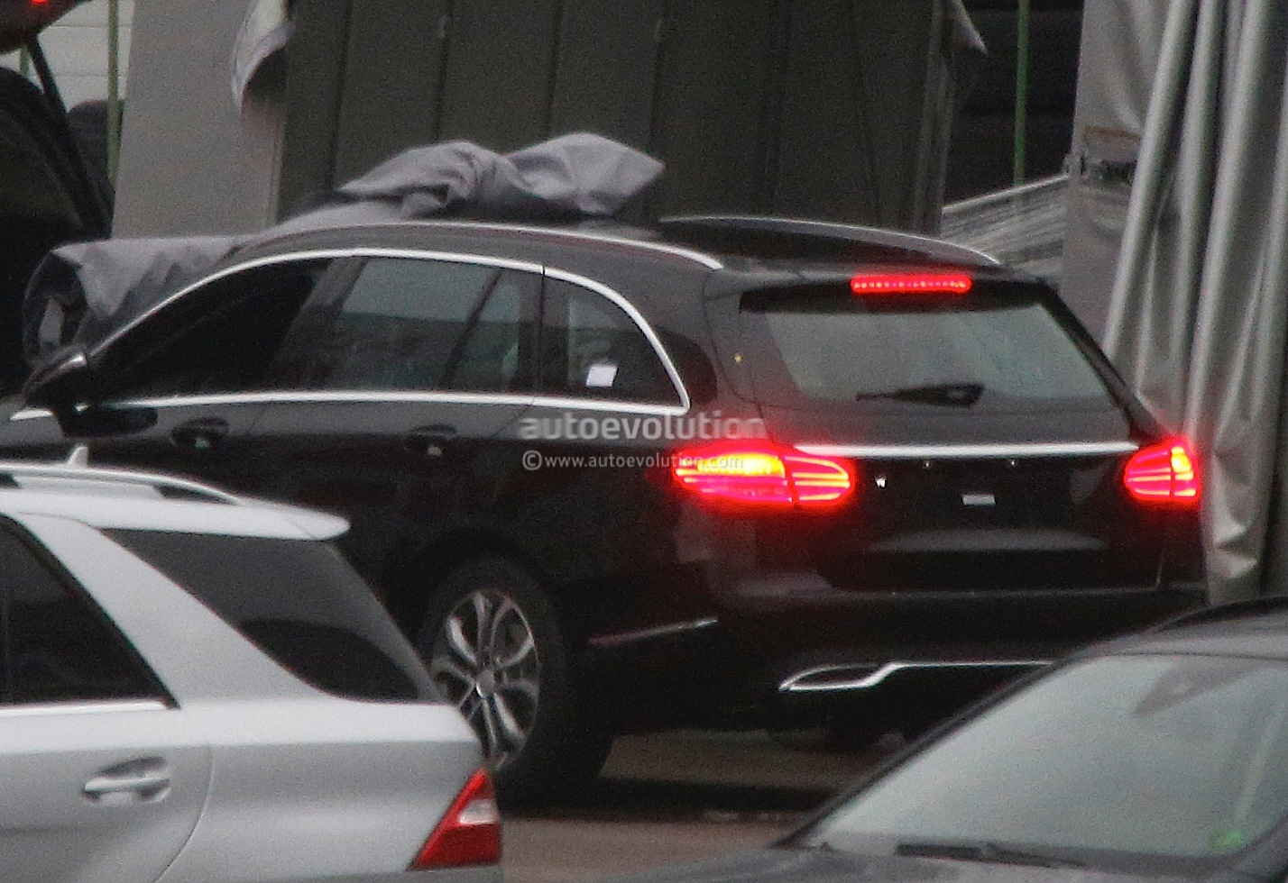 (S205): Vídeos, flagras e fotos  2015-c-class-wagon-s205-spied-completely-undisguised-photo-gallery_3