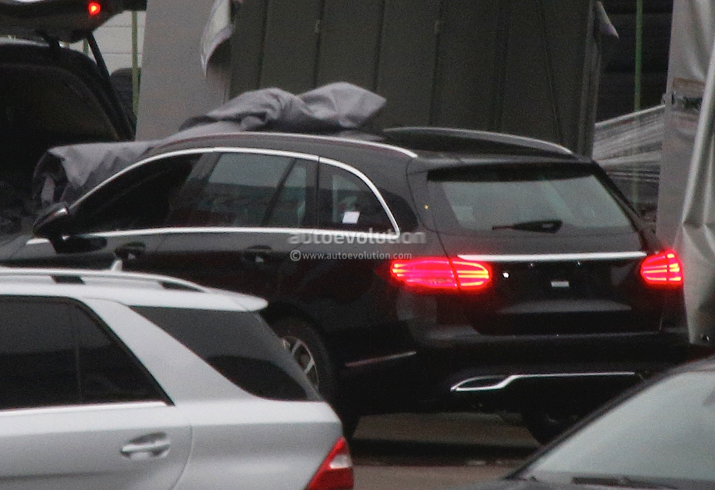 (S205): Vídeos, flagras e fotos  2015-c-class-wagon-s205-spied-completely-undisguised-photo-gallery_4