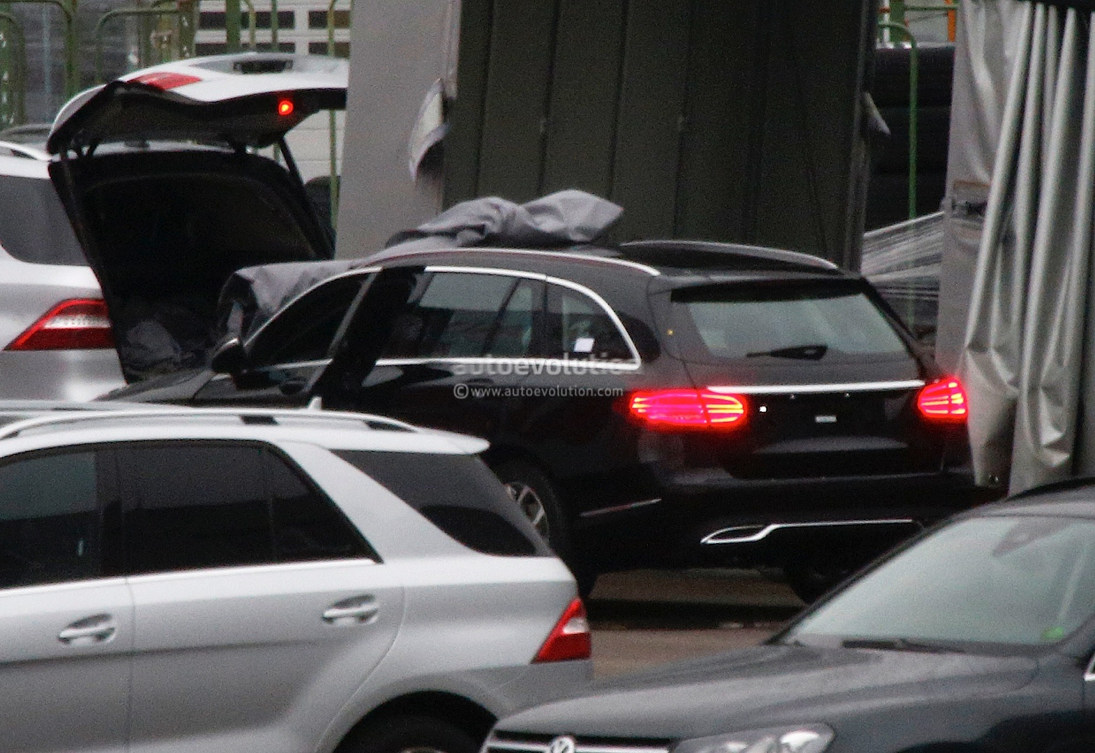(S205): Vídeos, flagras e fotos  2015-c-class-wagon-s205-spied-completely-undisguised-photo-gallery_5