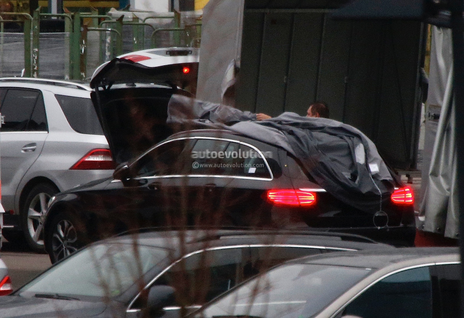 (S205): Vídeos, flagras e fotos  2015-c-class-wagon-s205-spied-completely-undisguised-photo-gallery_6