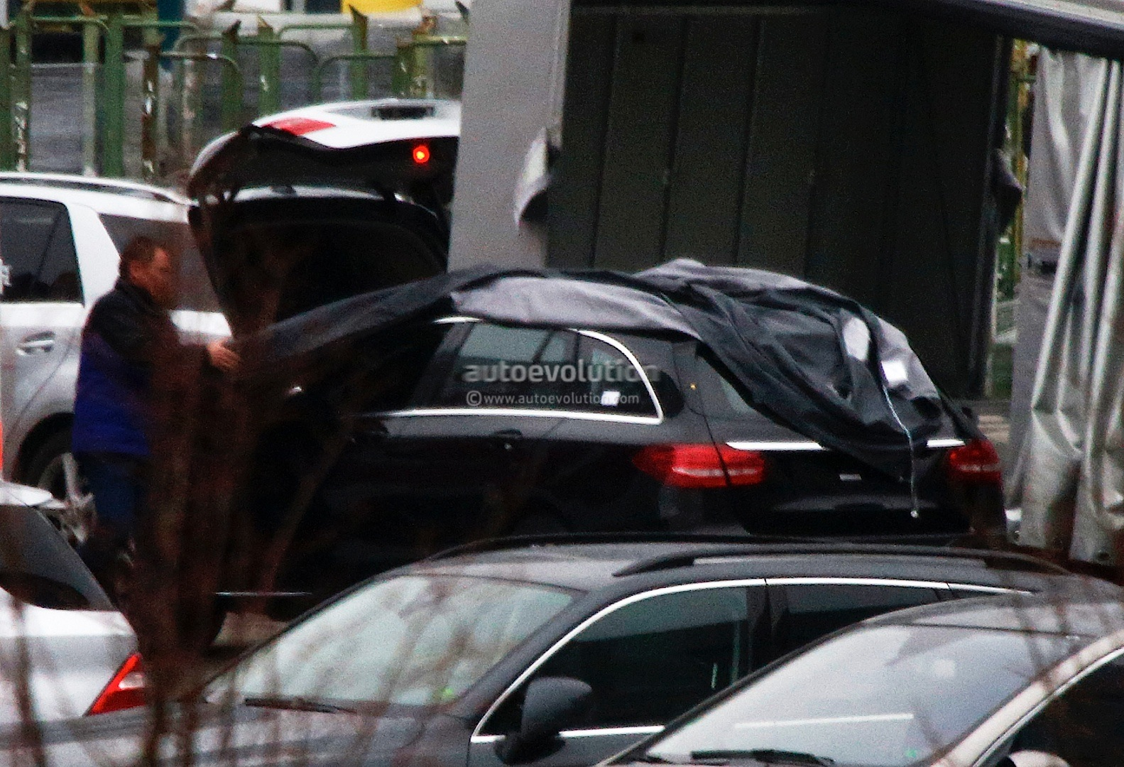 (S205): Vídeos, flagras e fotos  2015-c-class-wagon-s205-spied-completely-undisguised-photo-gallery_7
