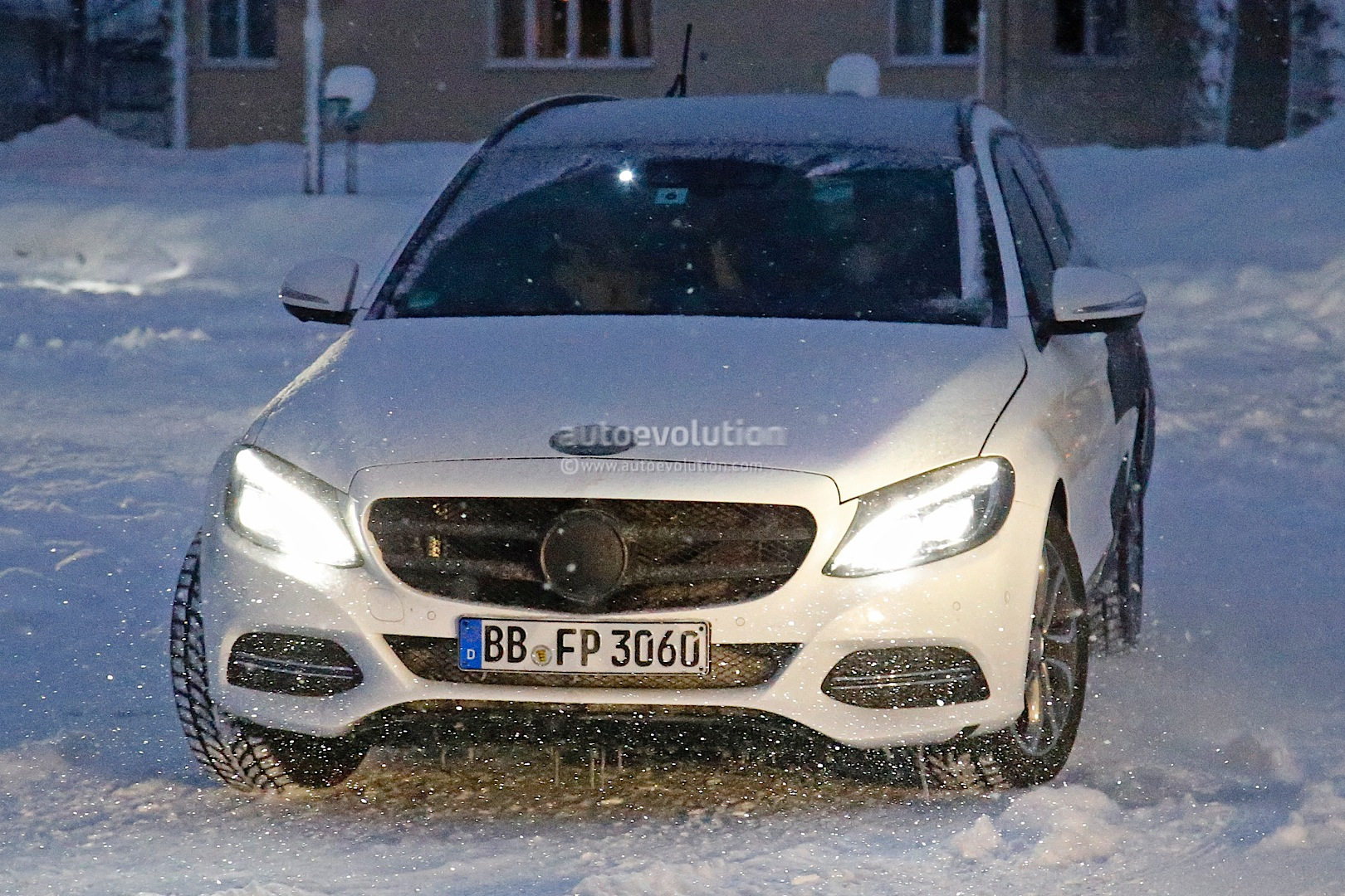 (S205): Vídeos, flagras e fotos  2015-c-class-wagon-s206-spied-in-lapland-photo-gallery_1