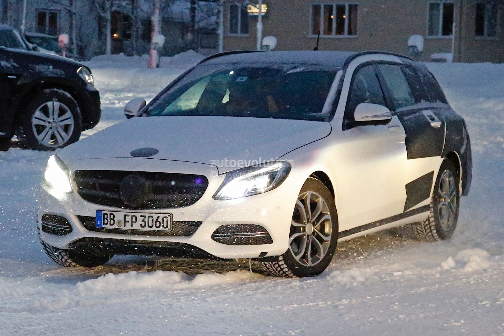 (S205): Vídeos, flagras e fotos  2015-c-class-wagon-s206-spied-in-lapland-photo-gallery_2