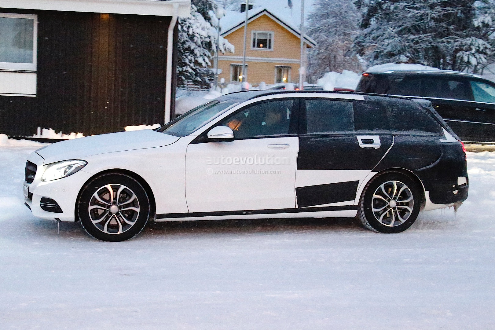 (S205): Vídeos, flagras e fotos  2015-c-class-wagon-s206-spied-in-lapland-photo-gallery_4