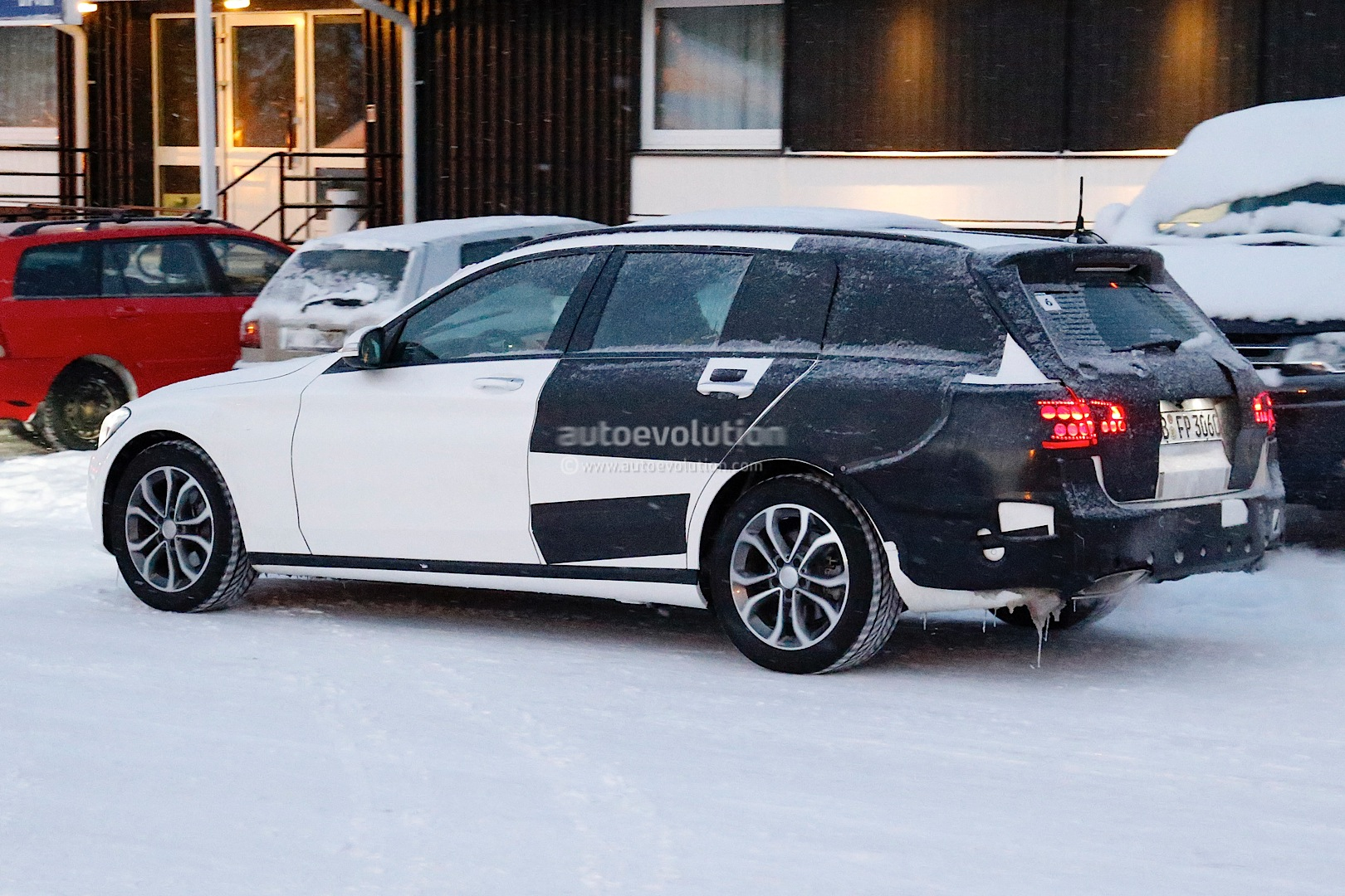(S205): Vídeos, flagras e fotos  2015-c-class-wagon-s206-spied-in-lapland-photo-gallery_5
