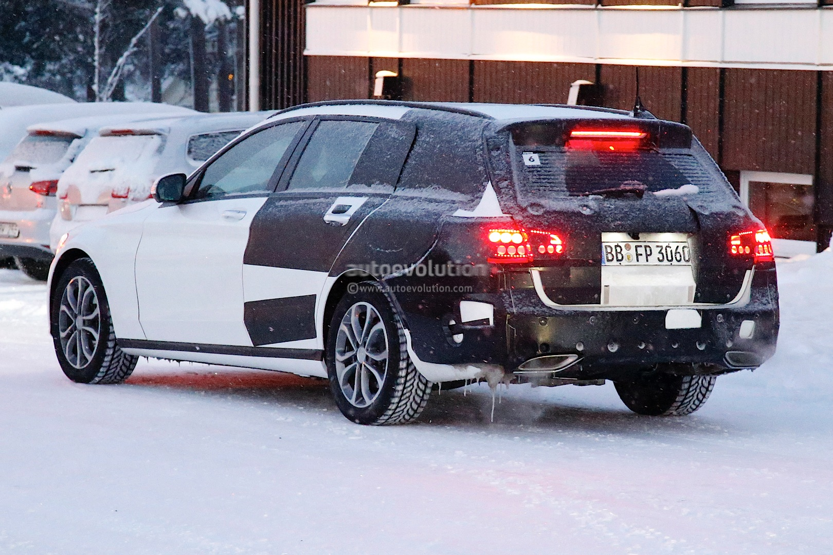 (S205): Vídeos, flagras e fotos  2015-c-class-wagon-s206-spied-in-lapland-photo-gallery_6