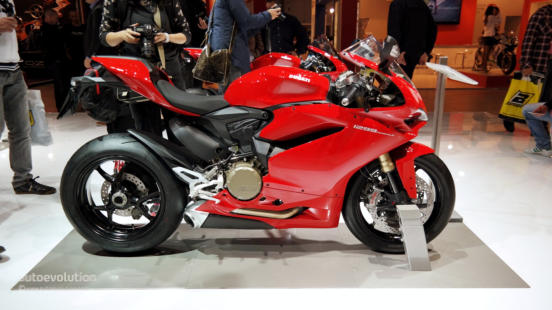 Ducati Panigale 1200cc >> 2015 Ducati 1299 Panigale S Unveiled: the Silicon Superbike [Live Photos] - autoevolution