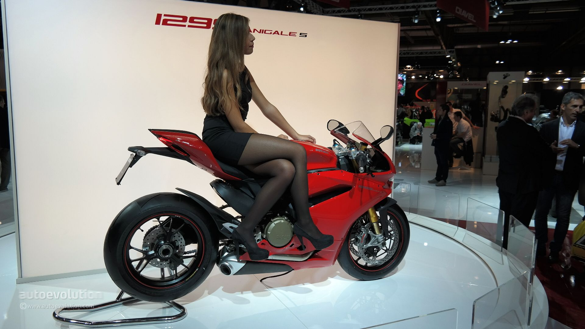 Ducati Panigale 1200cc >> 2015 Ducati 1299 Panigale S Unveiled: the Silicon Superbike [Live Photos] - autoevolution