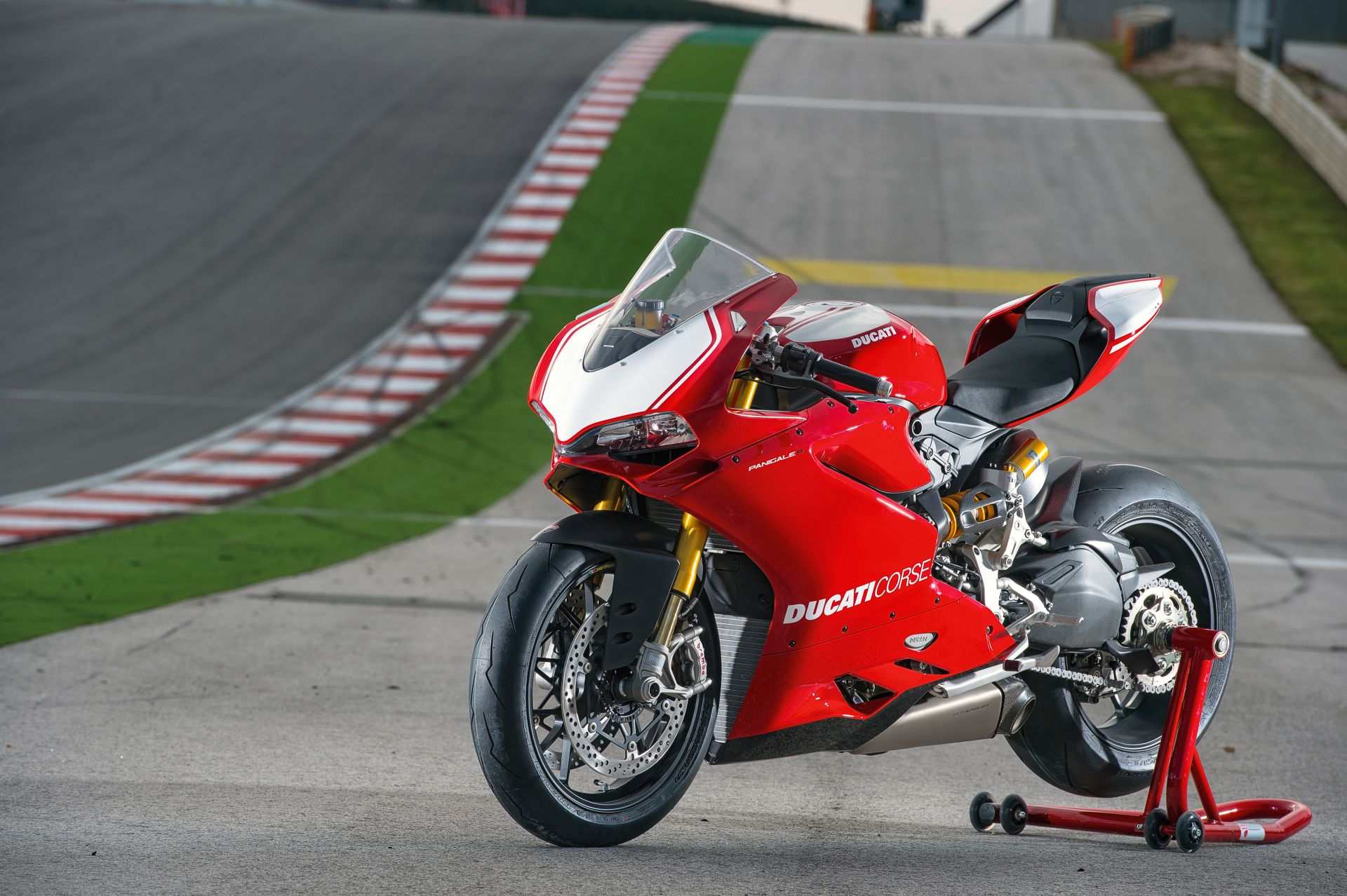 2015 ducati panigale r in action video and 75 super sexy pictures autoevolution. Black Bedroom Furniture Sets. Home Design Ideas