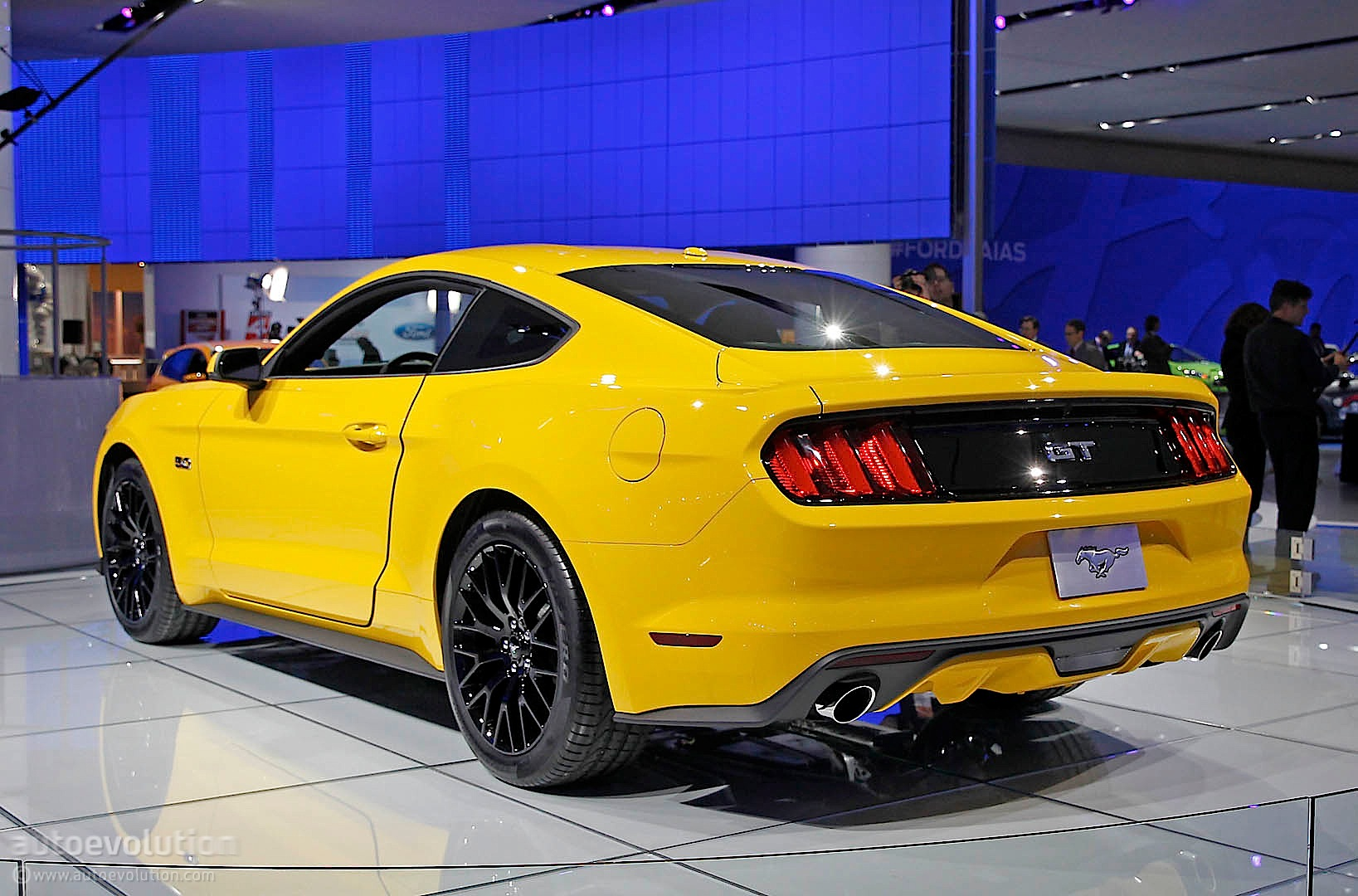 2015 ford mustang gt gets triple yellow suit on joins detroit floor live photos autoevolution. Black Bedroom Furniture Sets. Home Design Ideas
