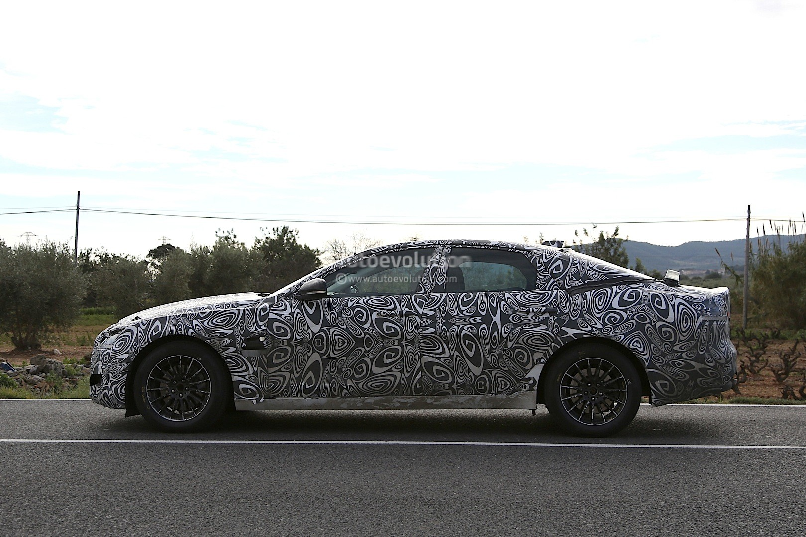 2016 - [Jaguar] XF II [X260] - Page 2 2015-jaguar-xf-spied-with-curious-looking-tail-pipes-photo-gallery_4