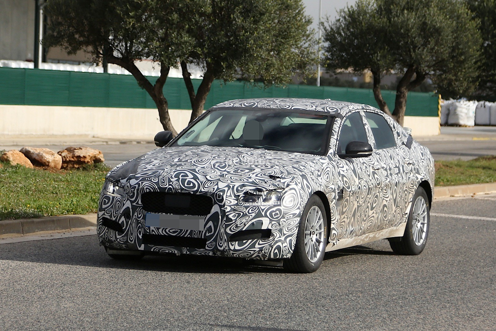 2016 - [Jaguar] XF II [X260] - Page 2 2015-jaguar-xf-spied-with-curious-looking-tail-pipes-photo-gallery_8
