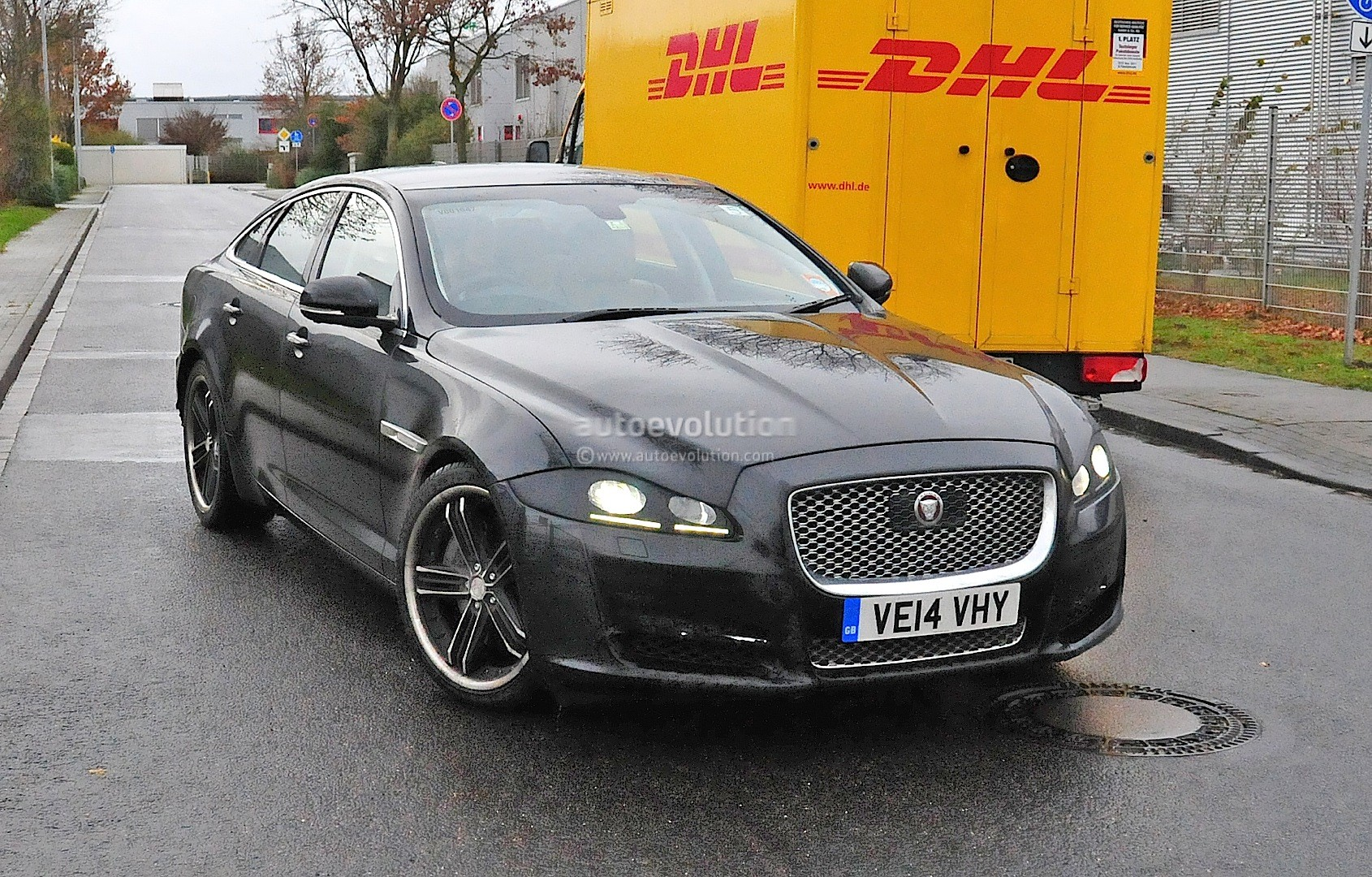 2015 - [Jaguar] XJ Restylée - Page 2 2015-jaguar-xj-facelift-spied-almost-camo-free-photo-gallery_2