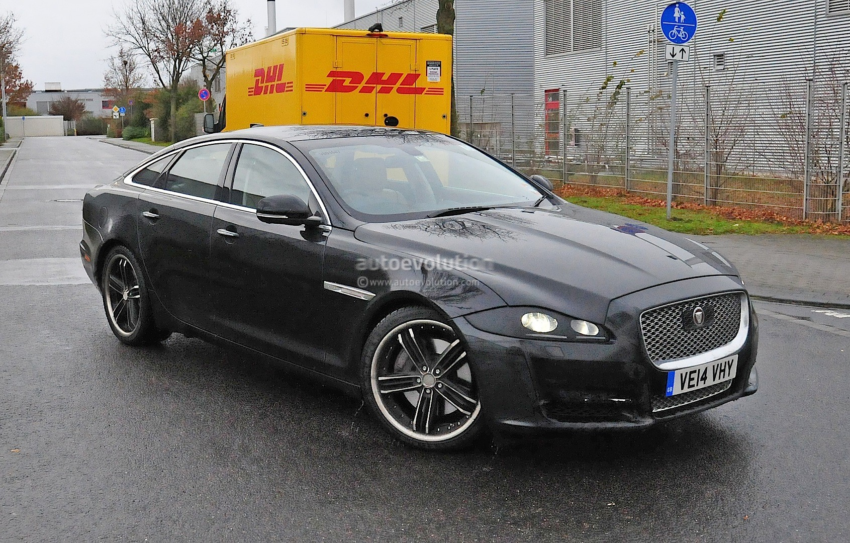 2015 Jaguar Xj Facelift Spied Almost Camo Free Autoevolution
