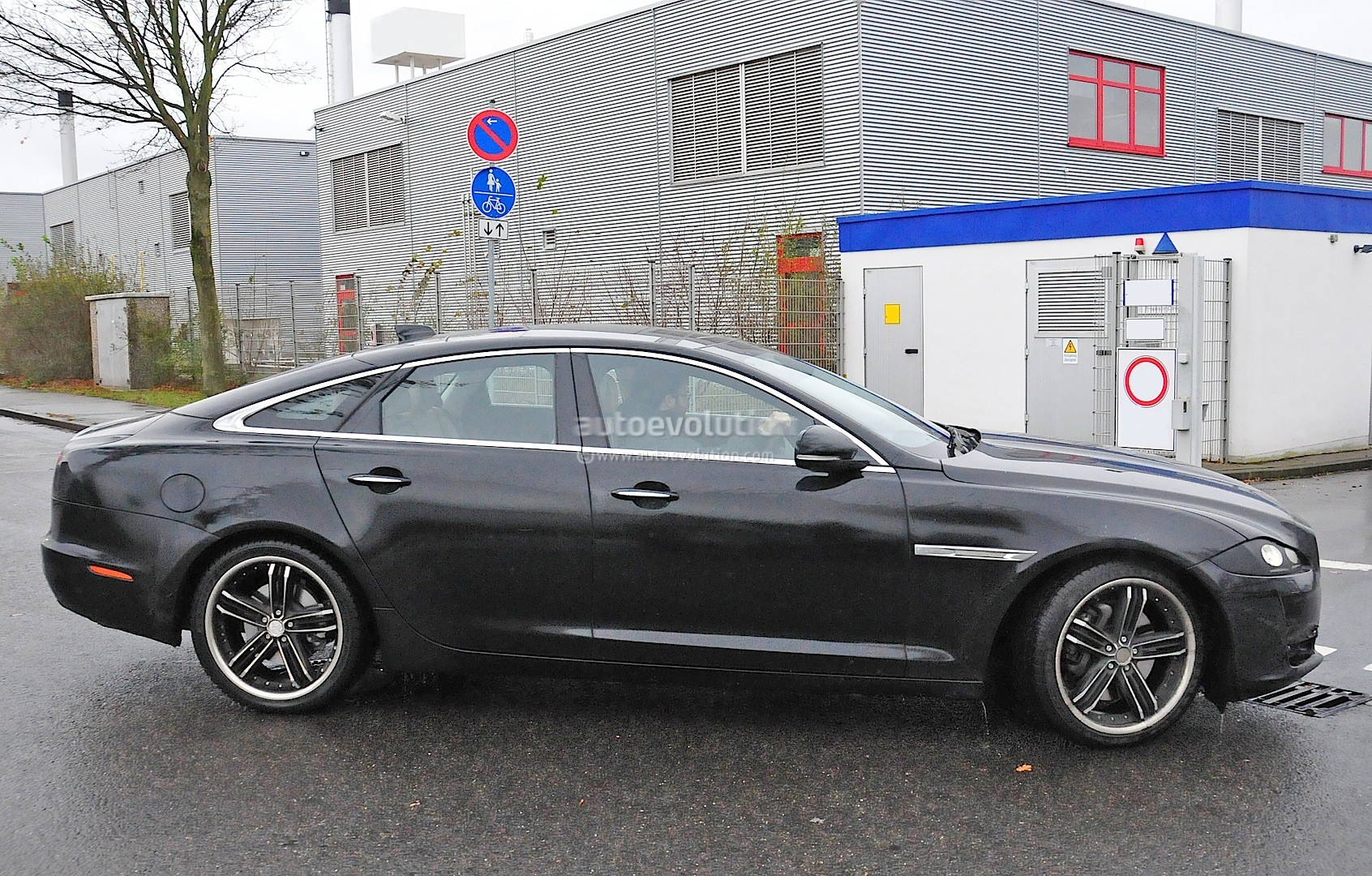 2015 - [Jaguar] XJ Restylée - Page 2 2015-jaguar-xj-facelift-spied-almost-camo-free-photo-gallery_5