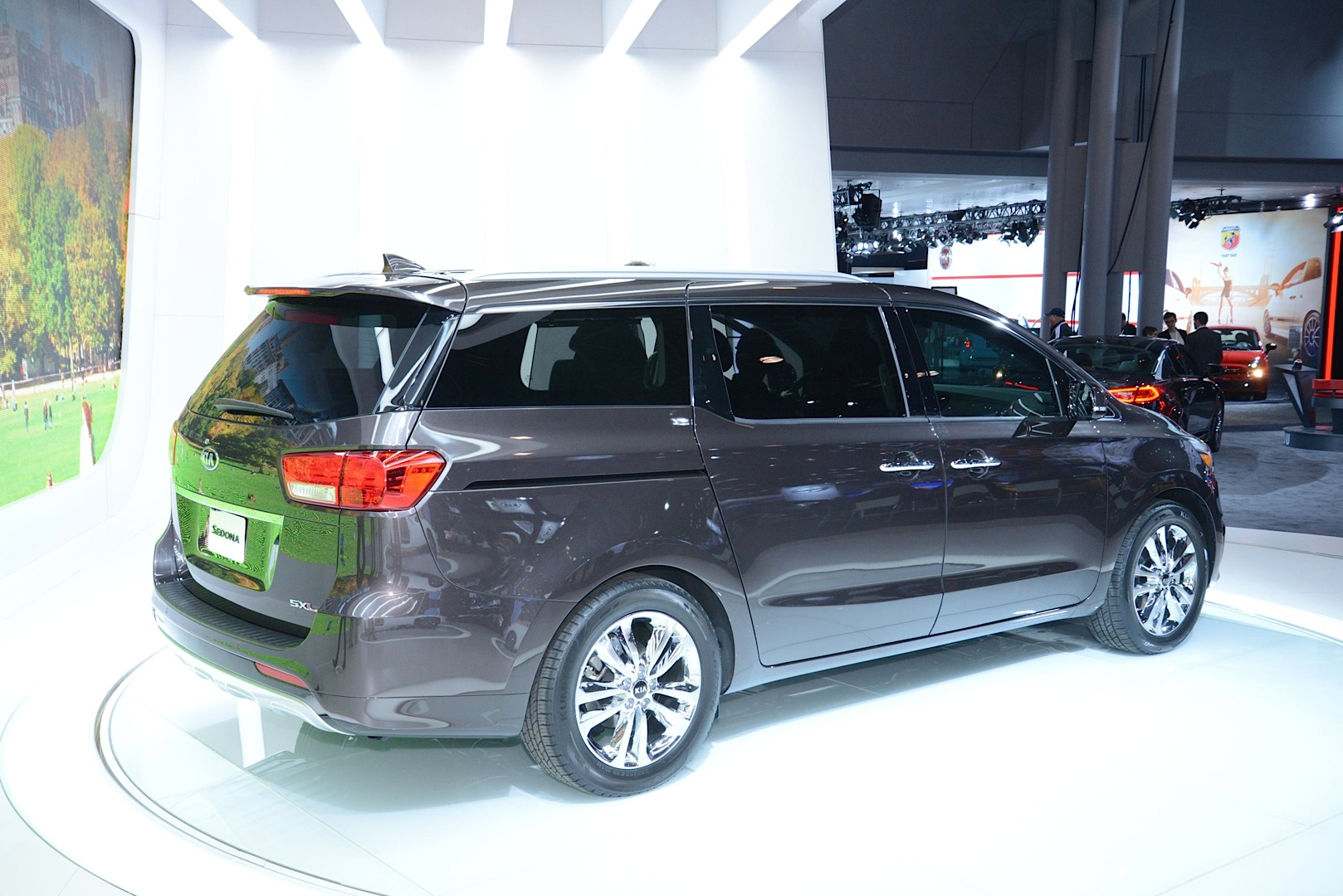 2015 kia sedona looks ready to take on the town country. Black Bedroom Furniture Sets. Home Design Ideas