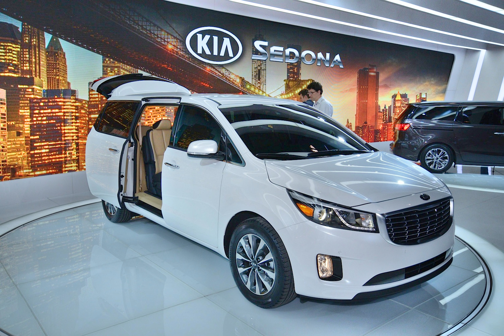 2015 kia sedona looks ready to take on the town country live photos autoevolution. Black Bedroom Furniture Sets. Home Design Ideas