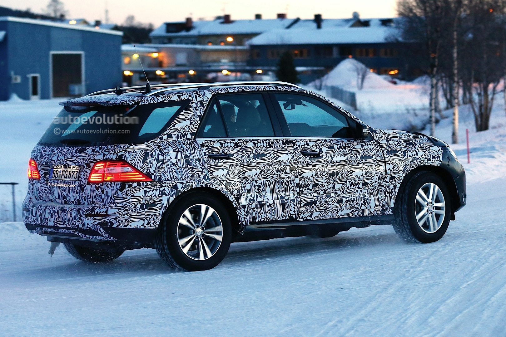 2015 mercedes benz m class facelift playing in the snow for 2015 mercedes benz m class