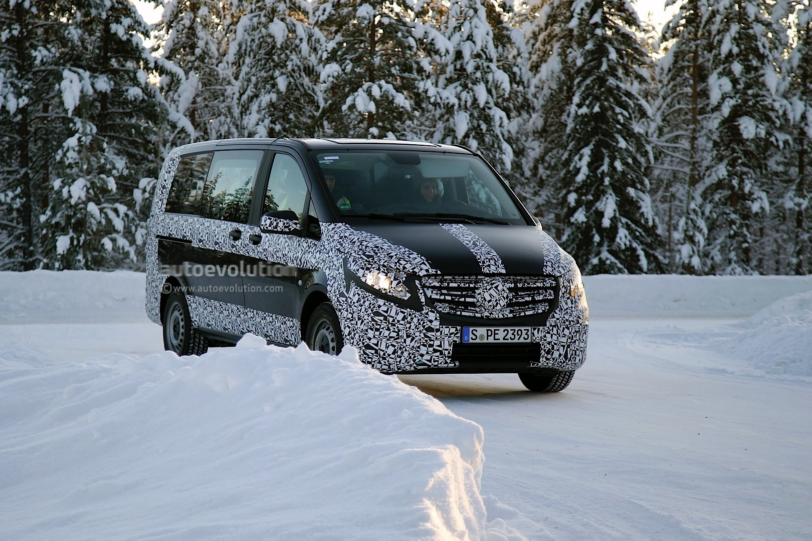 2014 - [Mercedes] Classe V/Vito - Page 5 2015-mercedes-benz-v-class-spied-winter-testing-photo-gallery_1