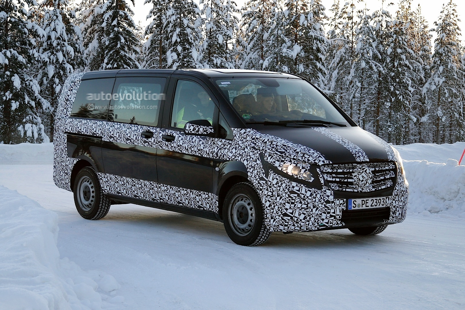 2014 - [Mercedes] Classe V/Vito - Page 5 2015-mercedes-benz-v-class-spied-winter-testing-photo-gallery_2