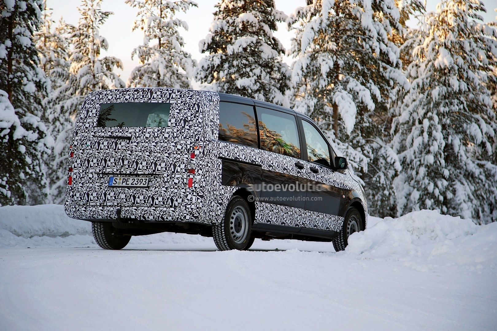 2014 - [Mercedes] Classe V/Vito - Page 5 2015-mercedes-benz-v-class-spied-winter-testing-photo-gallery_5