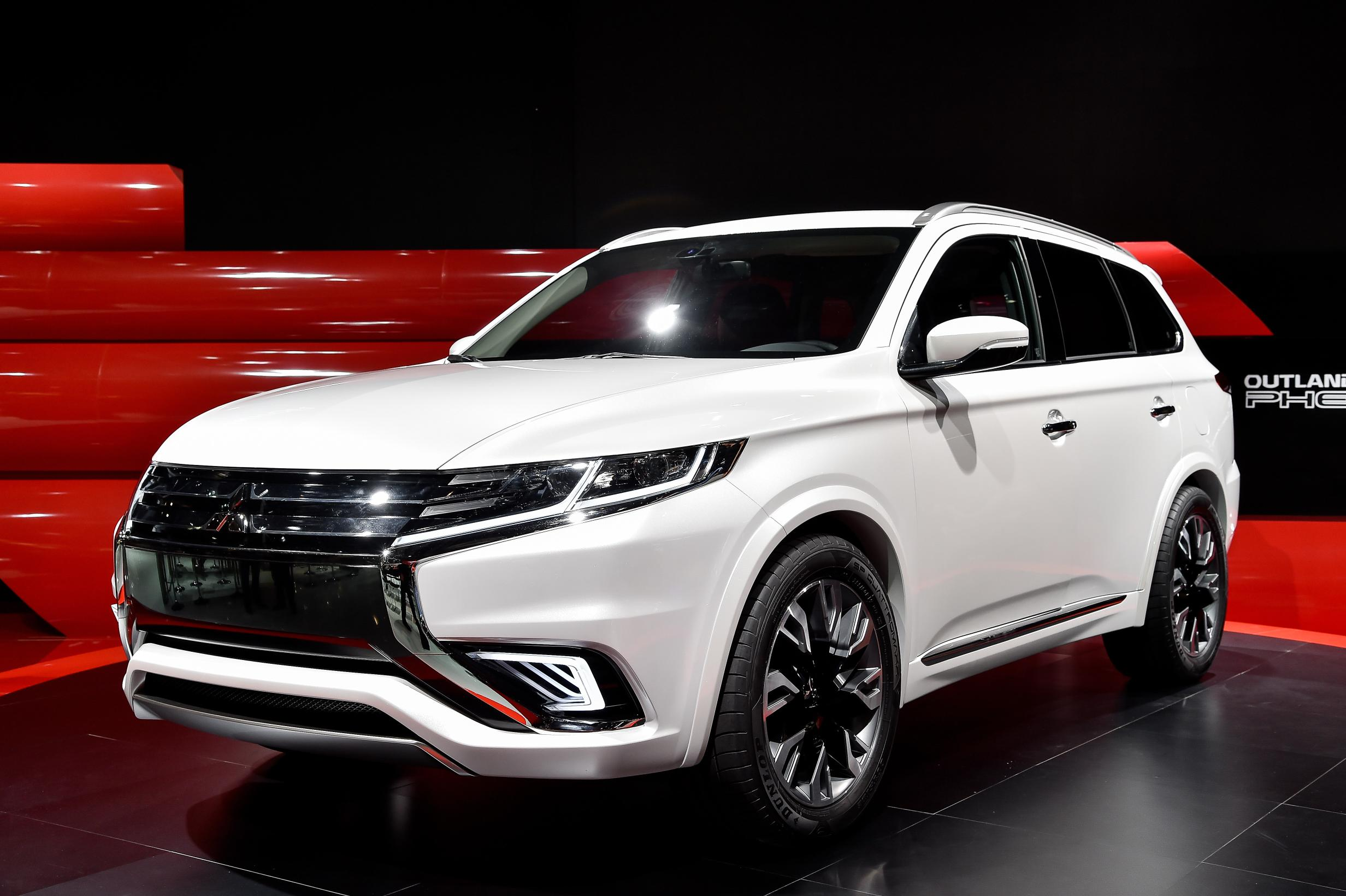 2016 mitsubishi outlander facelift spied ahead of new york auto show debut photo gallery. Black Bedroom Furniture Sets. Home Design Ideas