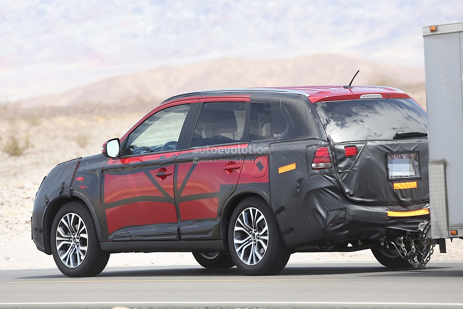 2015 mitsubishi outlander facelift spied towing a trailer autoevolution. Black Bedroom Furniture Sets. Home Design Ideas