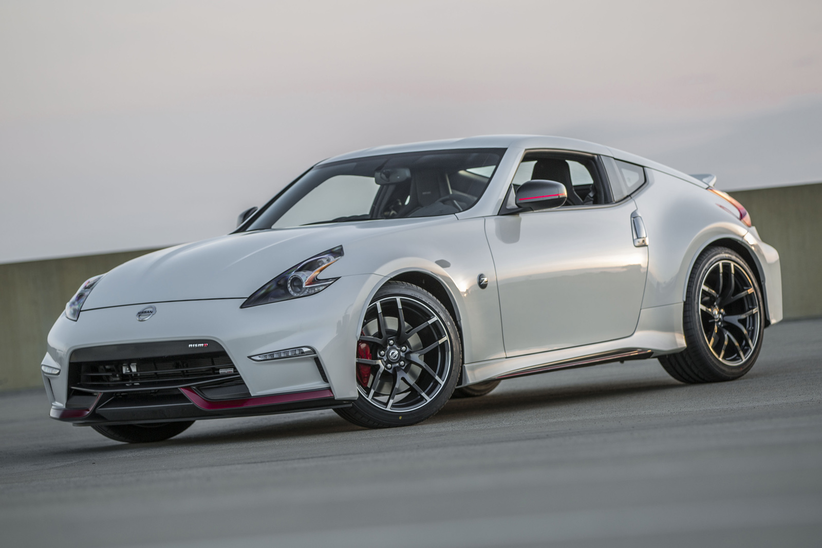 2015 nissan 370z nismo gets looks and 7 speed auto video. Black Bedroom Furniture Sets. Home Design Ideas