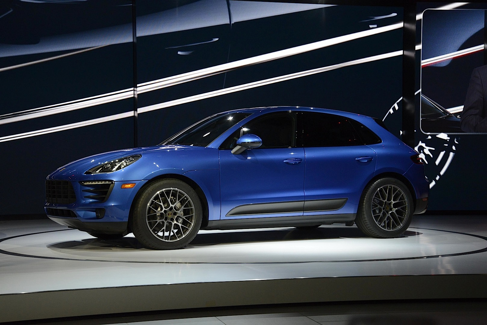 2015 porsche macan bows in la live pictures autoevolution. Black Bedroom Furniture Sets. Home Design Ideas