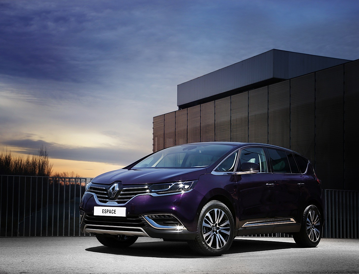 2015 renault espace looks stunning in dark amethyst for Espace stand