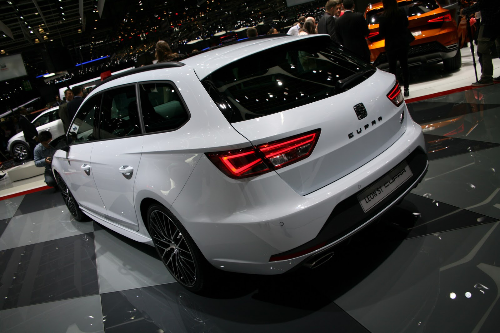 2015 seat leon st cupra 280 is a great family oriented hot hatch in geneva autoevolution. Black Bedroom Furniture Sets. Home Design Ideas